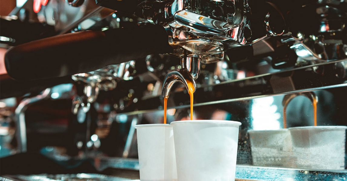 Coffee machine with coffee cups